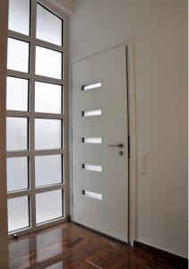 Porta d'entrata bianca, moderna, sicura